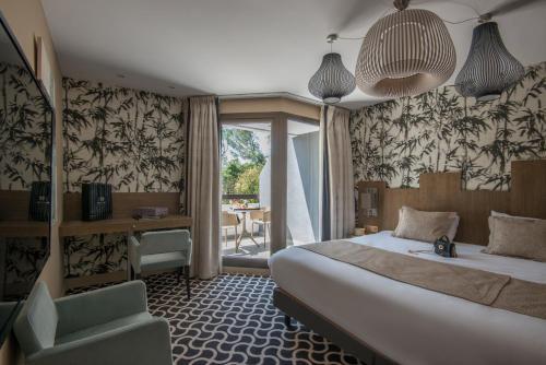 A bed or beds in a room at Mercure Brignoles Golf de Barbaroux & Spa