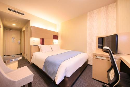 A bed or beds in a room at Richmond Hotel Premier Musashikosugi