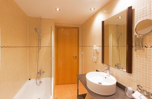 A bathroom at Aparthotel La Tulipa