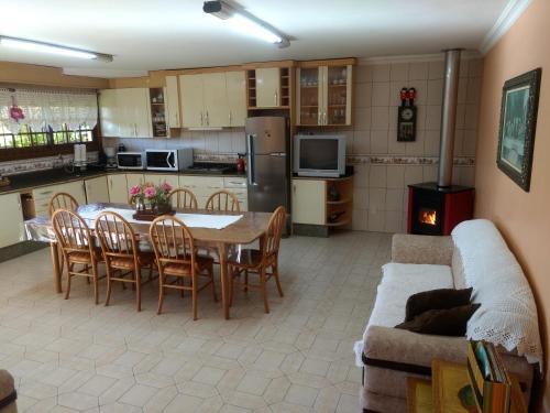 A cozinha ou cozinha compacta de Casa das Palmeiras + Quiosque