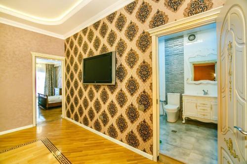 Uma TV ou centro de entretenimento em Nizami Street View, Apartment