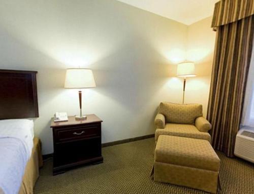 Гостиная зона в Holiday Inn & Suites Lloydminster, an IHG Hotel