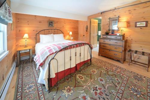 A bed or beds in a room at The Springwater Bed and Breakfast