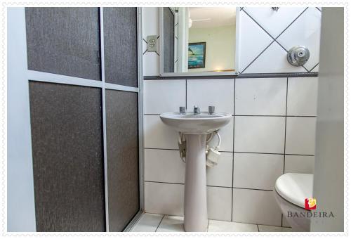 A bathroom at Bandeira Hotel