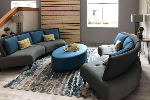 A seating area at Quality Inn & Suites Roanoke - Fort Worth North