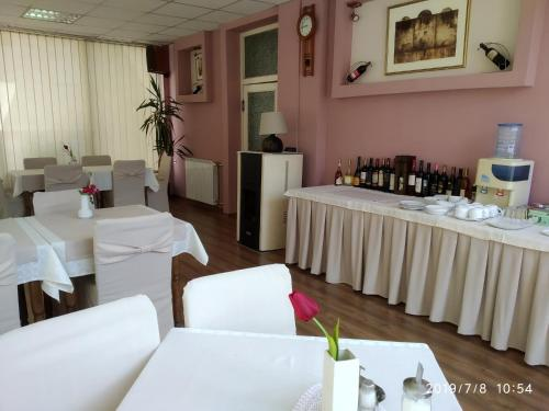 A restaurant or other place to eat at Hotel Mimoza