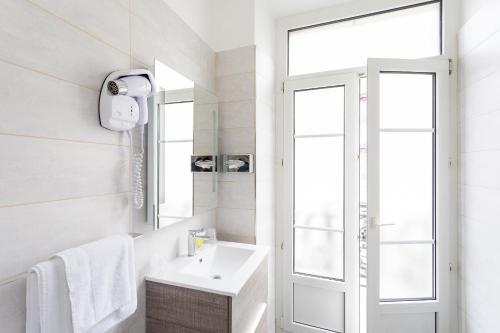 A bathroom at Hôtel de l'Europe Grenoble hyper-centre