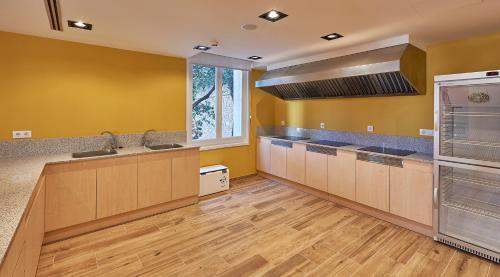 Een keuken of kitchenette bij Alberg Abat Oliba
