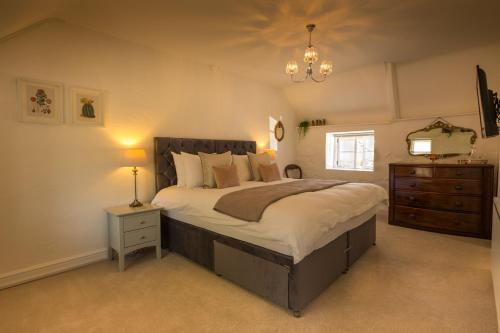 A bed or beds in a room at The Cott Inn