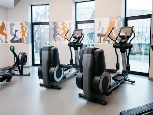 The fitness centre and/or fitness facilities at Q Hotel Plus Kraków