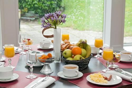 Breakfast options available to guests at Hotel The Originals Boutique Rosny Golf
