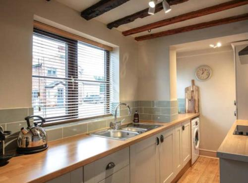 A kitchen or kitchenette at The Stable, Yew Tree Farm, Tattenhall