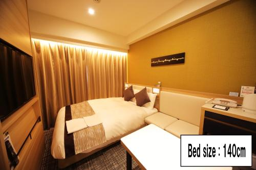 A bed or beds in a room at Hotel Sunroute Asakusa