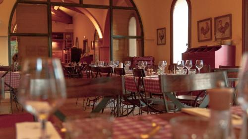 A restaurant or other place to eat at Château de Berne