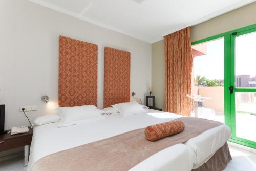 Een bed of bedden in een kamer bij Holiday World RIWO Hotel.