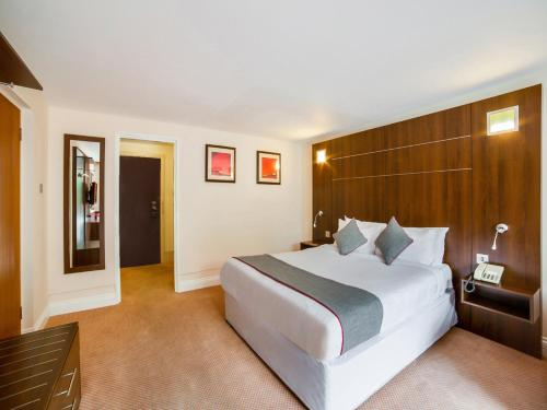 A bed or beds in a room at OYO The Bridge House