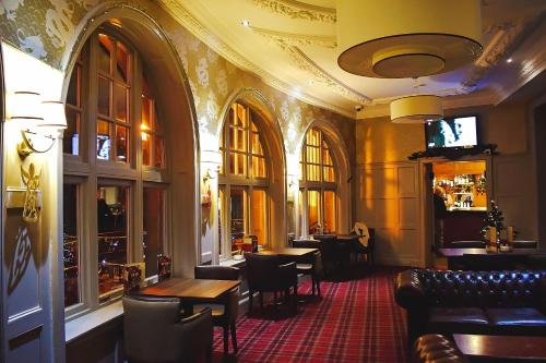 A restaurant or other place to eat at Argyll Hotel