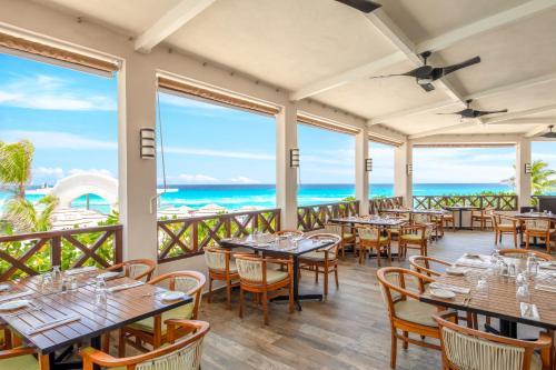 Un restaurante o sitio para comer en Panama Jack Resorts Cancun