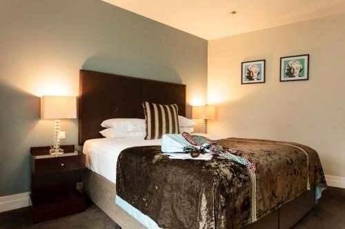 Een bed of bedden in een kamer bij The Ross