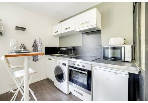 A kitchen or kitchenette at Cosy 4 **** Remodeled Studio