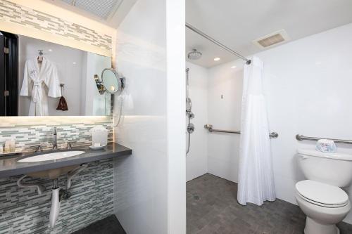 Ett badrum på The Palms Hotel & Spa