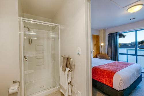 A bathroom at Bella Vista Motel Franz Josef Glacier