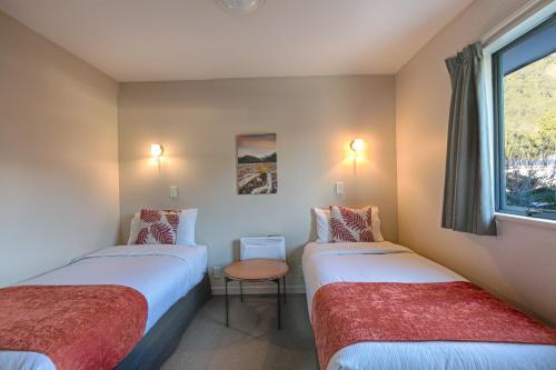 A bed or beds in a room at Bella Vista Motel Franz Josef Glacier