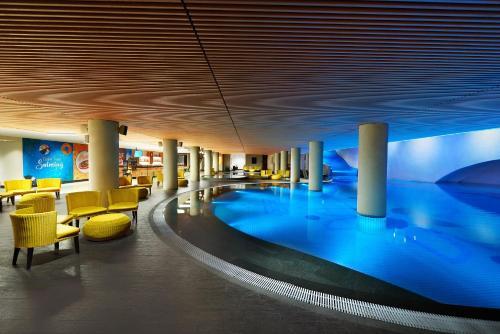 The swimming pool at or close to Golden Tulip Holland Resort Batu
