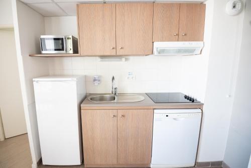 A kitchen or kitchenette at Zenitude Hôtel-Résidences Narbonne Centre
