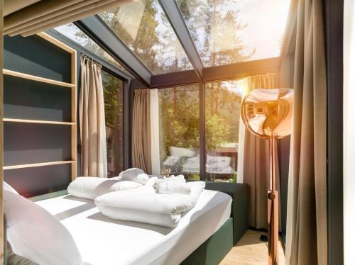 A bed or beds in a room at Skyview Chalets am Camping Toblacher See