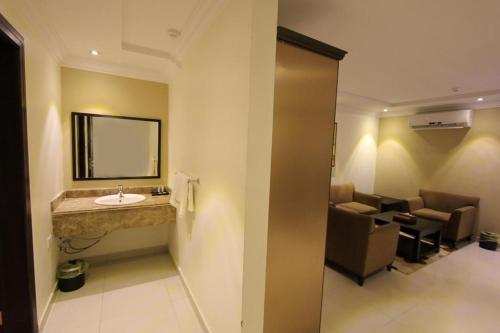 Um banheiro em Taleen AlAqiq hotel apartments