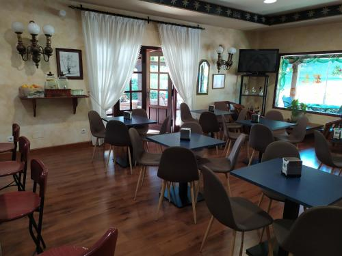 A restaurant or other place to eat at El Tejo de Comillas