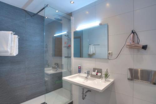 A bathroom at Michel Hotel Frankfurt Maintal
