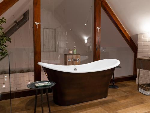 A bathroom at Barnsley House