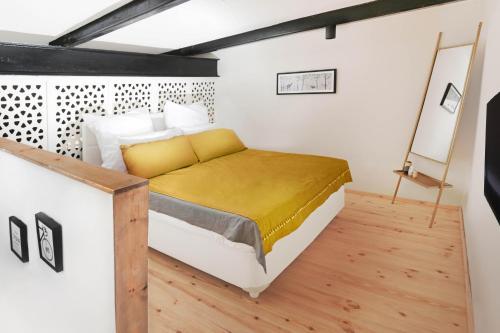 מיטה או מיטות בחדר ב-Argaman Suites in Old Tzfat