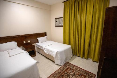 Cama ou camas em um quarto em Raha Hotel Suites