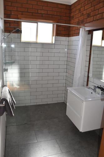 A bathroom at Shannon Motor Inn