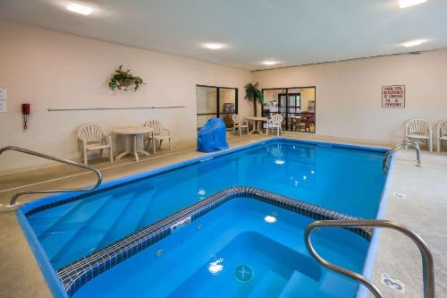 The swimming pool at or near Quality Inn I-70 Near Kansas Speedway