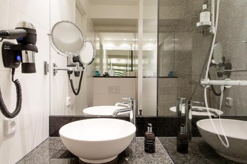 A bathroom at Motel One Hamburg-Altona