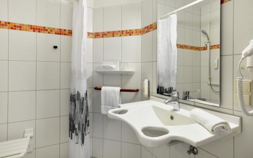 A bathroom at City-Hotel Kurfürst Balduin