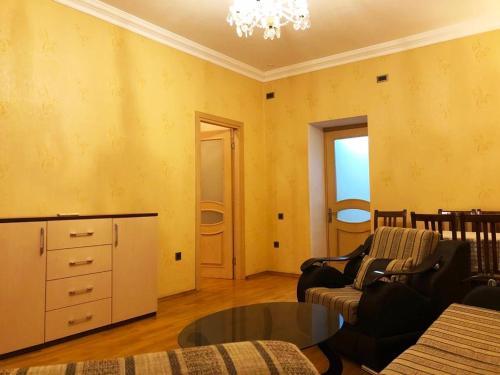 Uma área de estar em Apartament two room in Torqovy