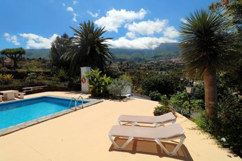 Het zwembad bij of vlak bij Apartamentos Miranda