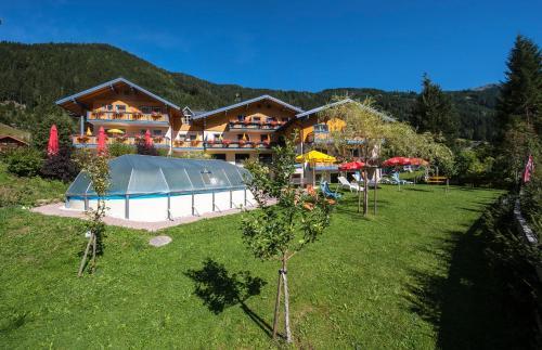Ein Blick auf den Pool von der Unterkunft Hotel Hammerwirt - Forellenhof oder aus der Nähe