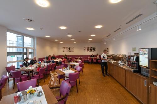 Ein Restaurant oder anderes Speiselokal in der Unterkunft Stadthotel Waidhofen an der Thaya