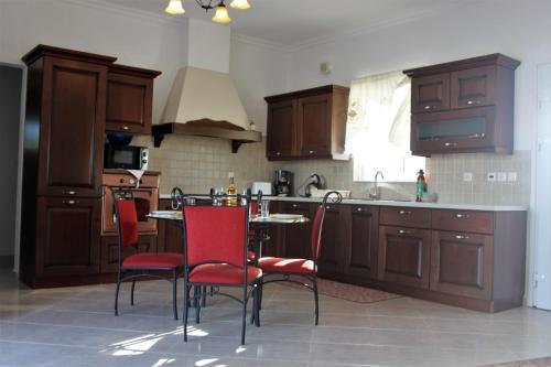 A kitchen or kitchenette at Evans Villa