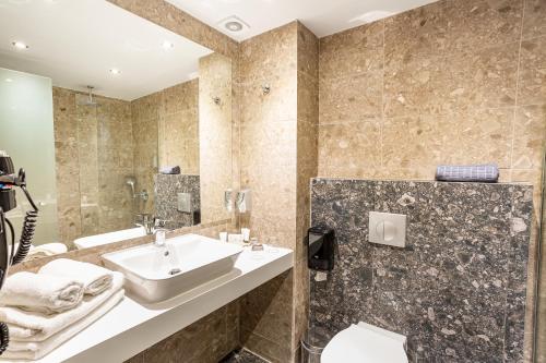Łazienka w obiekcie Akti Imperial Deluxe Resort & Spa Dolce by Wyndham