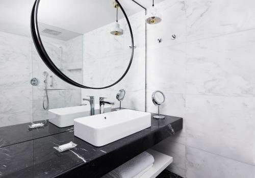 A bathroom at Grand Hyatt Athens
