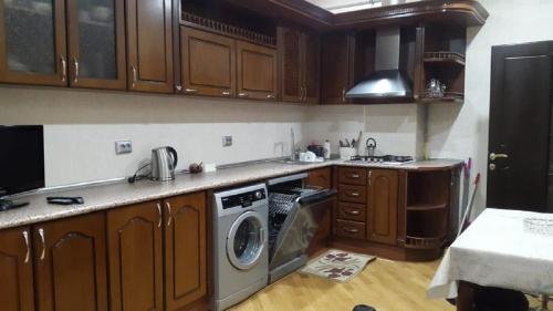 A cozinha ou cozinha compacta de Baku white city big apartmant