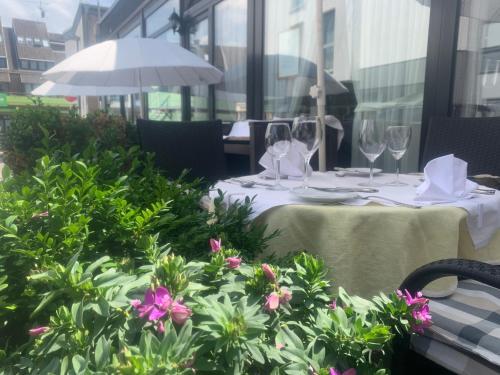 A restaurant or other place to eat at Balthasar Neumann Speiserei & Gästehaus - Zentrum Brühl -