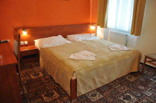 A bed or beds in a room at City Central De Luxe
